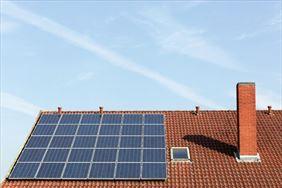 kolektory słoneczne na dachu domu