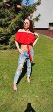 czerwona bluzka i jeansy