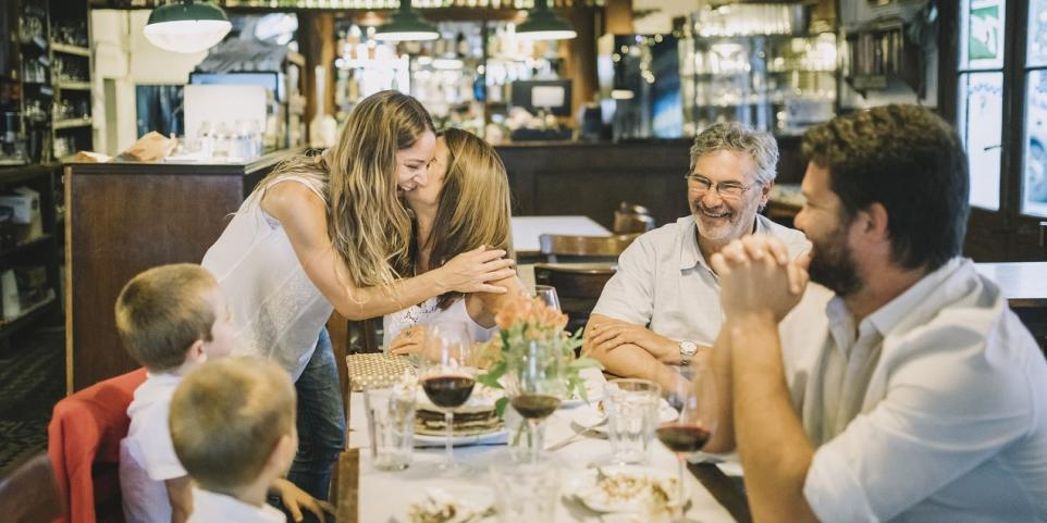 Kiedy i dlaczego warto zorganizować rodzinną uroczystość w hotelu?