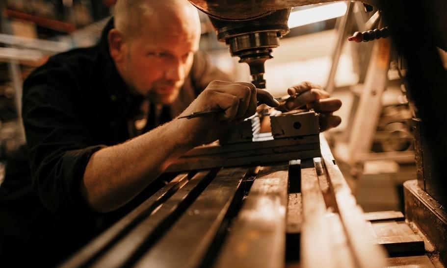 Czym się różni frezowanie tworzyw sztucznych od frezowania metalu?