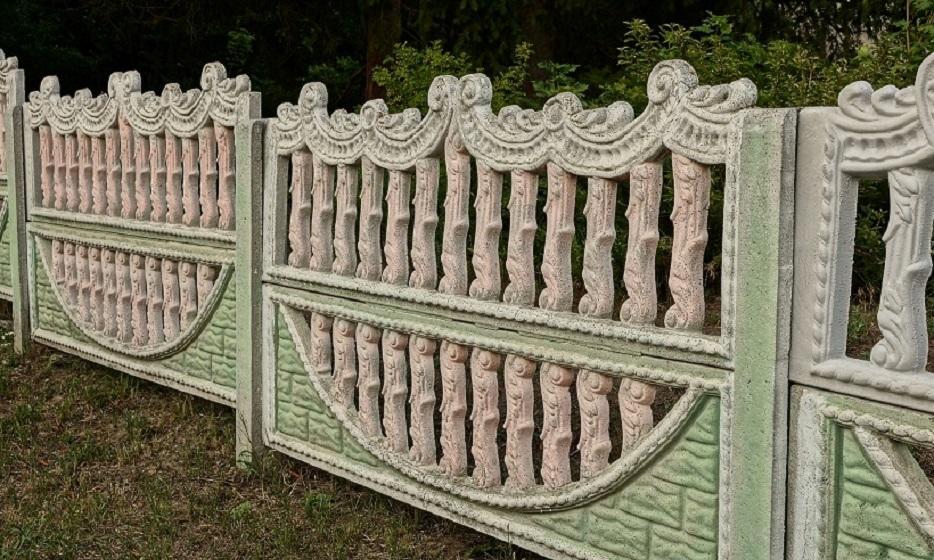 Betonowe ogrodzenie z jednostronnym lub dwustronnym zdobieniem – które wybrać?