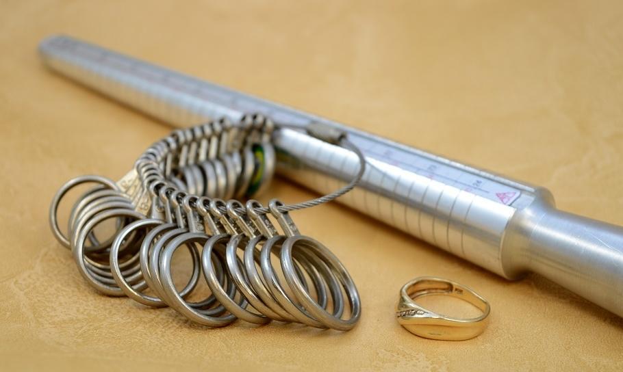 Jak zmierzyć rozmiar pierścionka zaręczynowego?