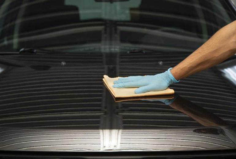 Jak nakładać wosk na karoserię samochodu – podstawowe zasady