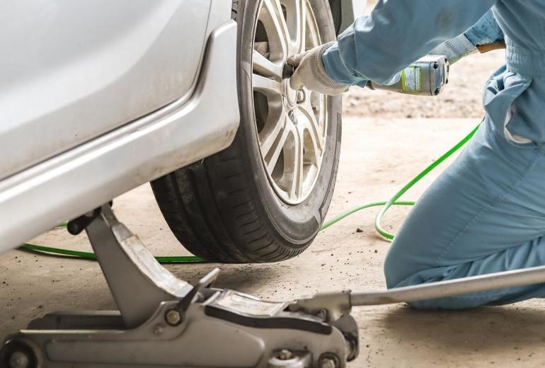 Na czym polega wyważanie kół w samochodzie i kiedy konieczna jest wymiana opon?