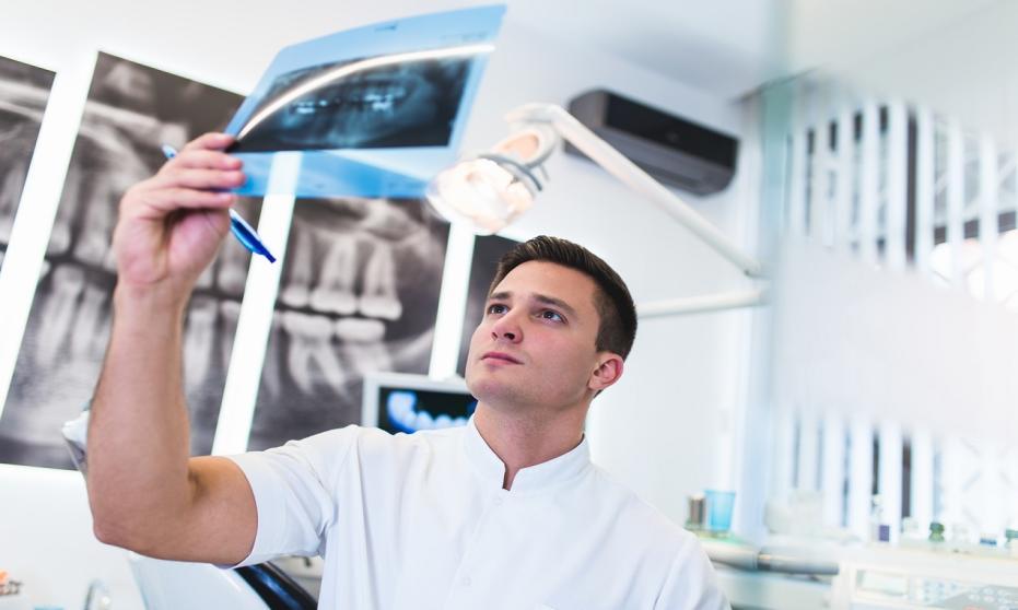 Kiedy konieczna jest wizyta u chirurga stomatologicznego?