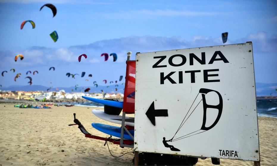 Dlaczego warto wybrać się na obóz kitesurfingowy?