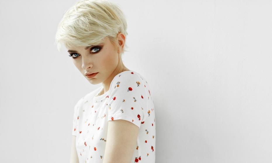 Krótkie fryzury w kolorze intensywnego blondu