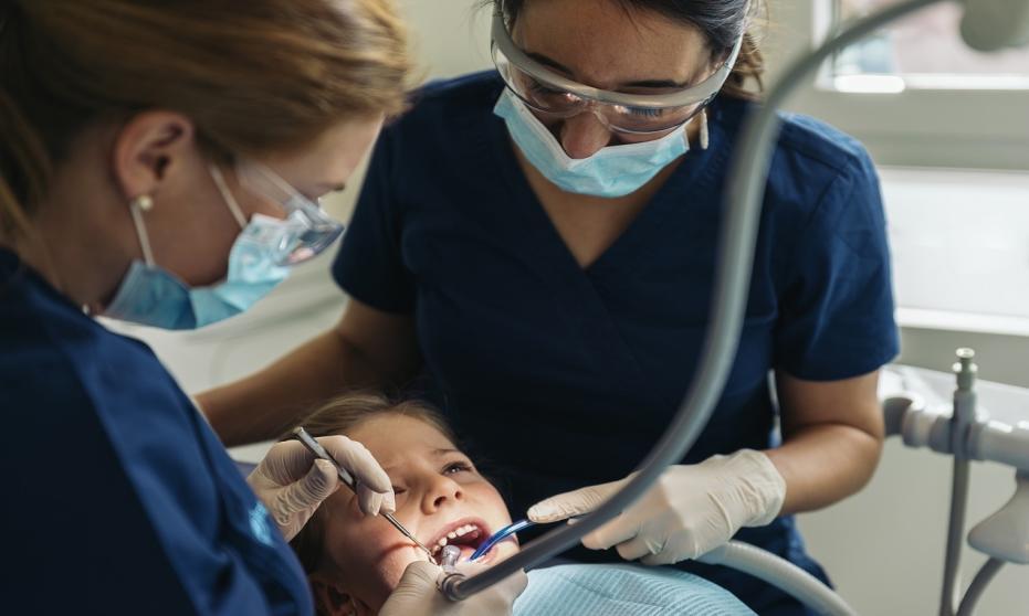 Chirurg stomatolog – jakie zabiegi przeprowadza?