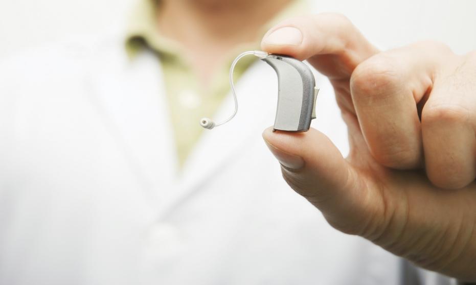 Kto powinien korzystać z aparatu słuchowego?