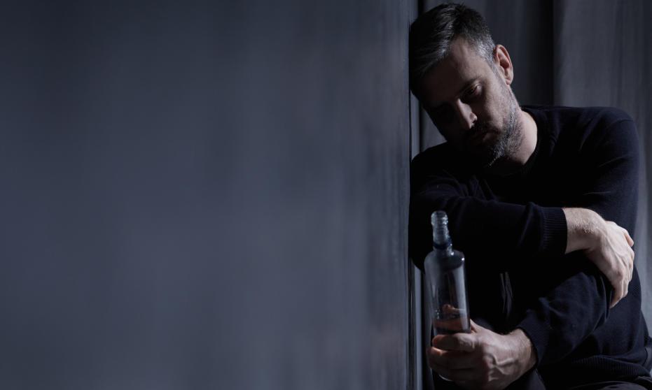 Jakie zaburzenia psychiczne powodują długotrwałe uzależnienie od alkoholu?