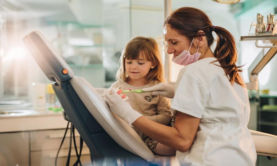 Jak właściwie dbać o zęby mleczne i dlaczego to tak istotne?
