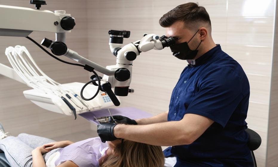 Kiedy i dlaczego warto zdecydować się na leczenie kanałowe pod mikroskopem?