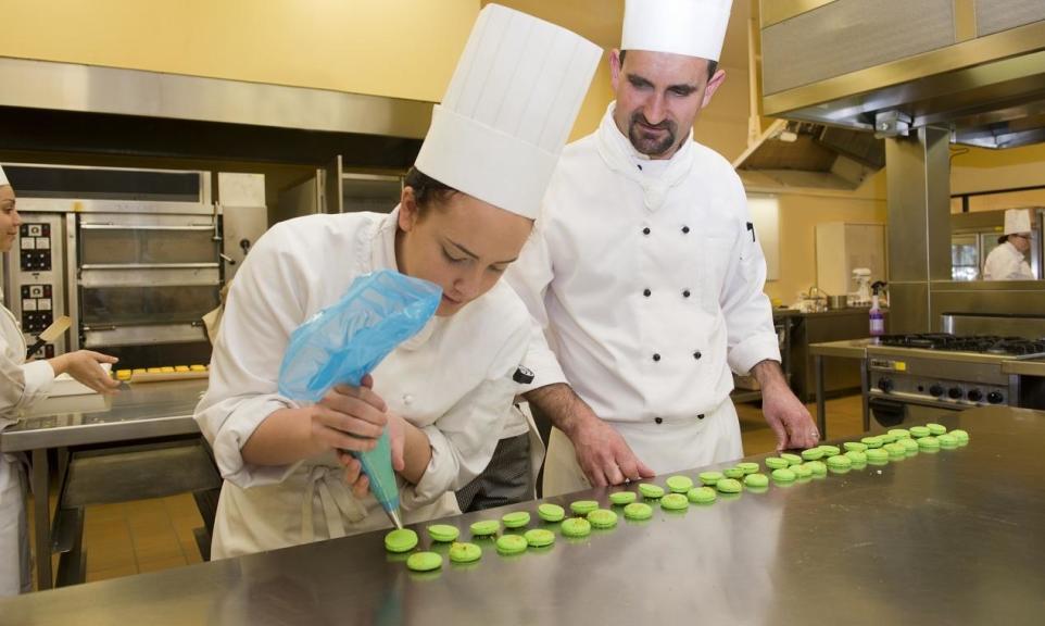 Z jakich materiałów wykonuje się meble gastronomiczne?