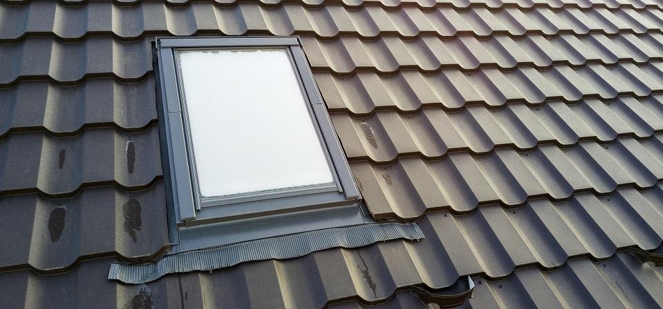 Jak dobrać właściwy kołnierz uszczelniający do okna dachowego?
