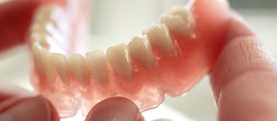 Rodzaje i zastosowanie protez zębowych