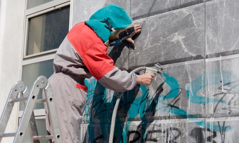 Jak zabezpieczać mury przed graffiti?