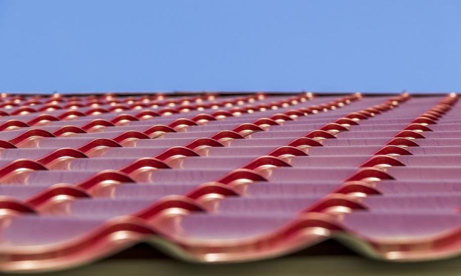 Jakie są wady i zalety pokrycia dachów blachodachówką?