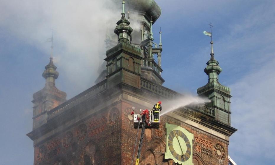 W jaki sposób strażacy są chronieni przy pracy na wysokości?