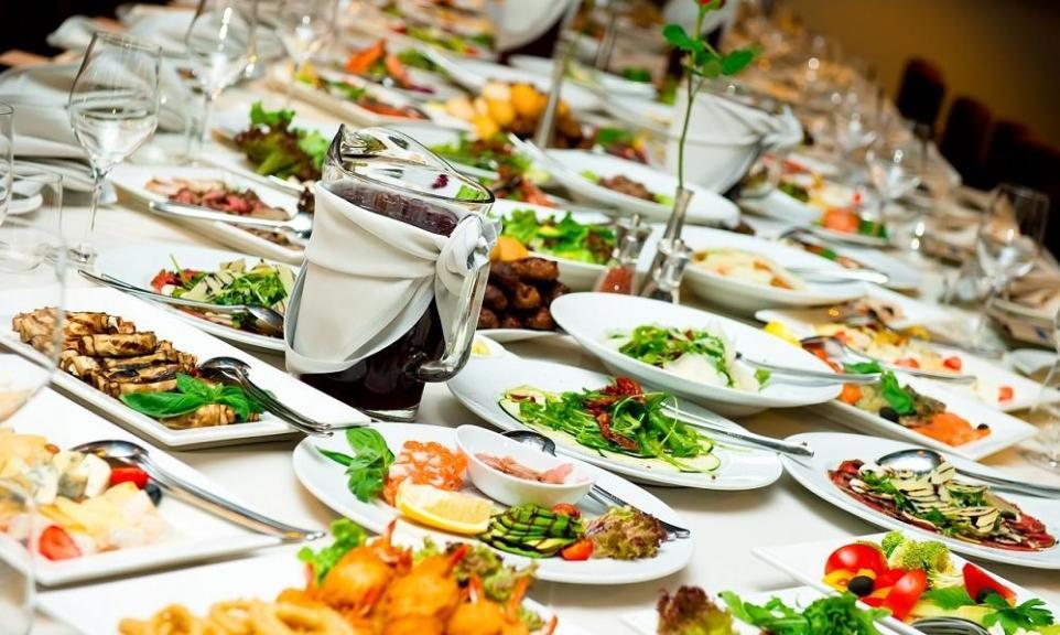 Jak skomponować oryginalne, ale i smakujące gościom menu weselne?