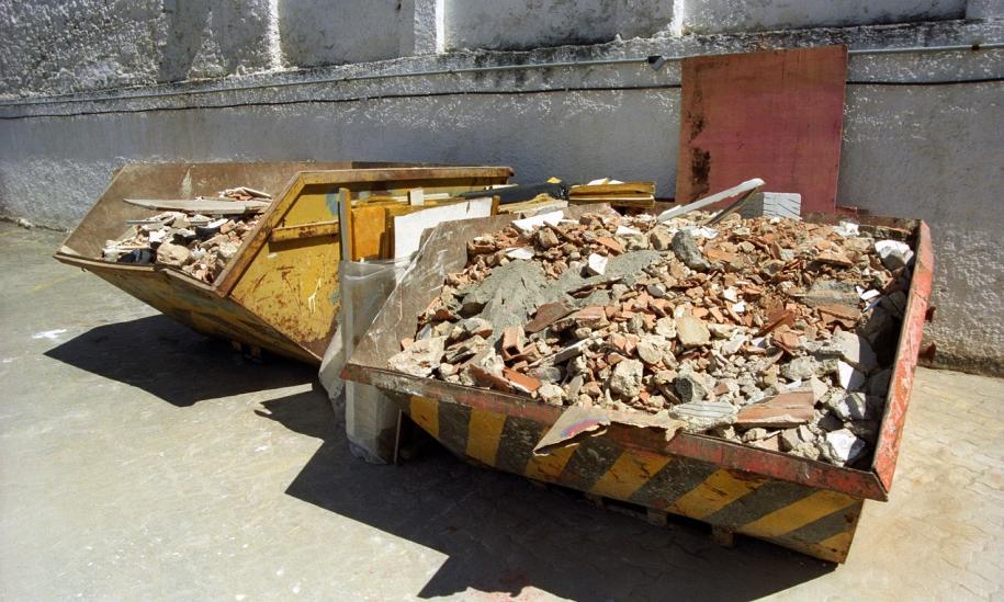W jakich kontenerach można składować odpady budowlane?