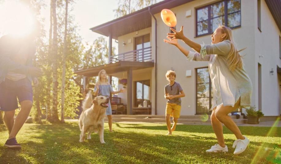 Domy z ogródkiem - dlaczego warto posiadać swój kawałek podwórka?