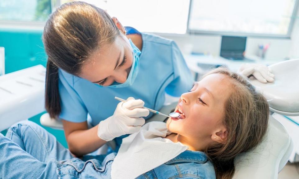 Kiedy wybrać się z dzieckiem na lakowanie zębów?