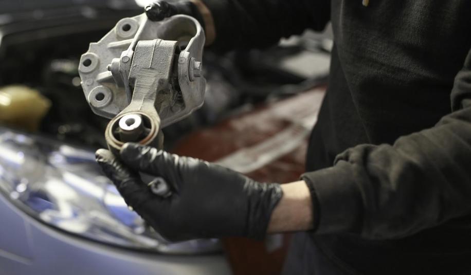 Oryginalne części samochodowe z recyklingu czy nowe tańsze zamienniki – co wybrać?