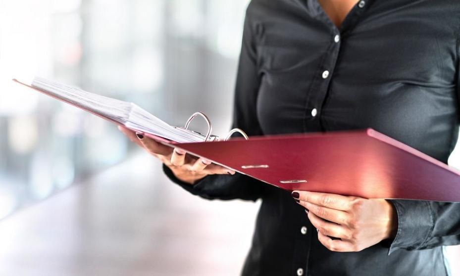 Czym jest i w jaki sposób ustalana jest taksa notarialna?