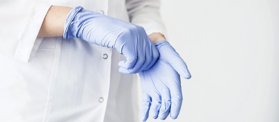 Lateksowe, nitrylowe czy winylowe? Porównanie rękawiczek medycznych