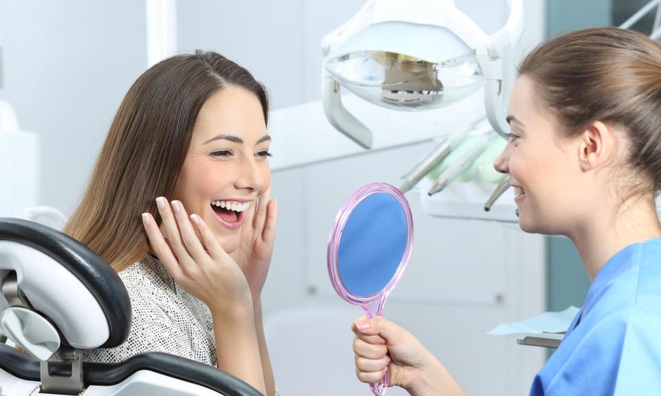 Wszystko o wybielaniu zębów u dentysty – ile kosztuje i skuteczne metody