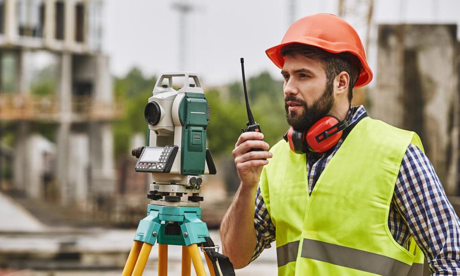 Budowa domu. Kiedy skorzystać z usług geodety?