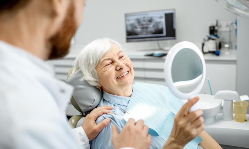 Czym i jak czyścić protezy zębowe?