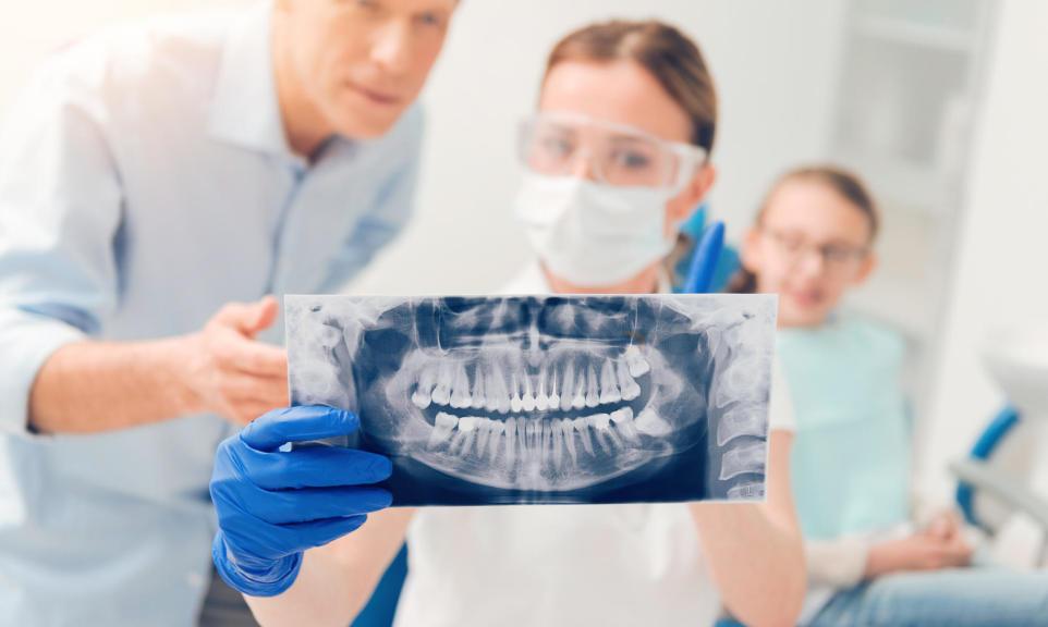 Czym zajmuje się chirurg stomatolog?