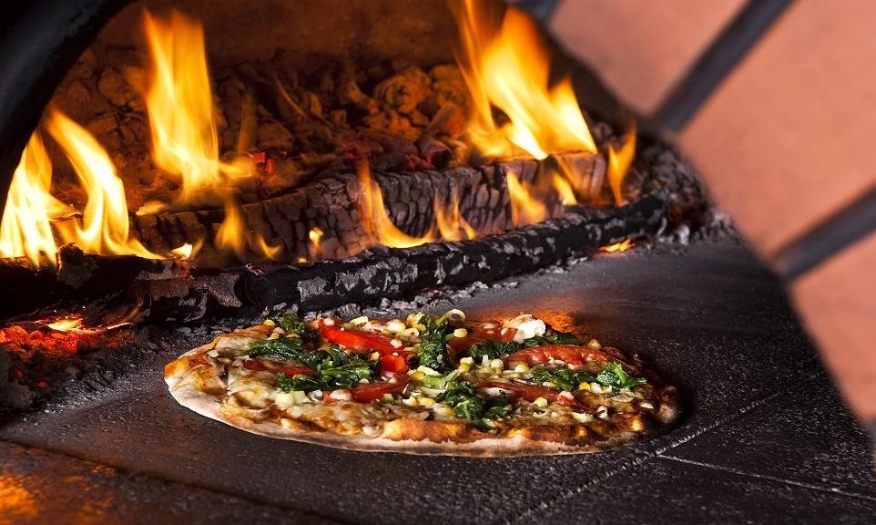 Jakie są zalety i wady pieców do pizzy opalanych drewnem?