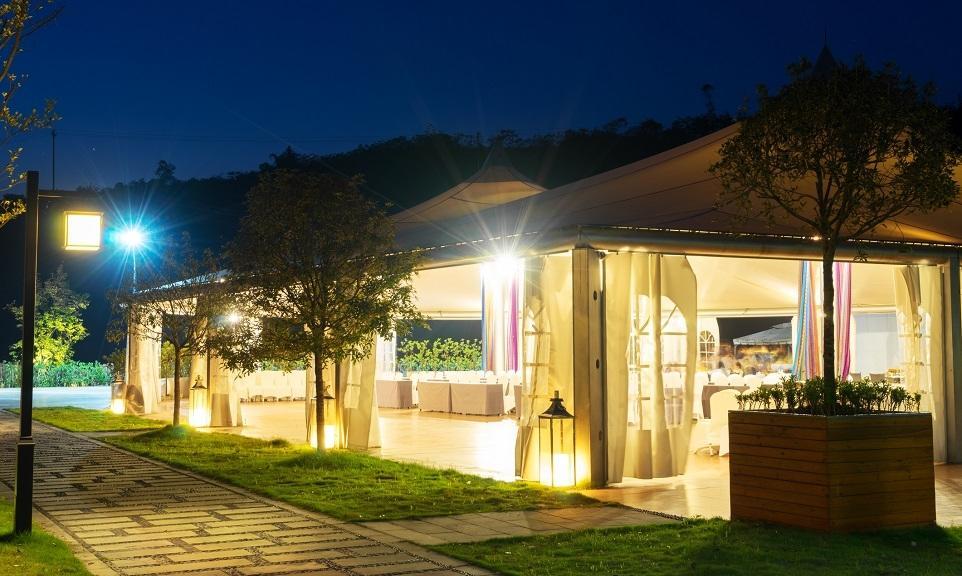 Restauracja w dobie koronawirusa. Namiot halowy jako pomysł na większą powierzchnię dla gości