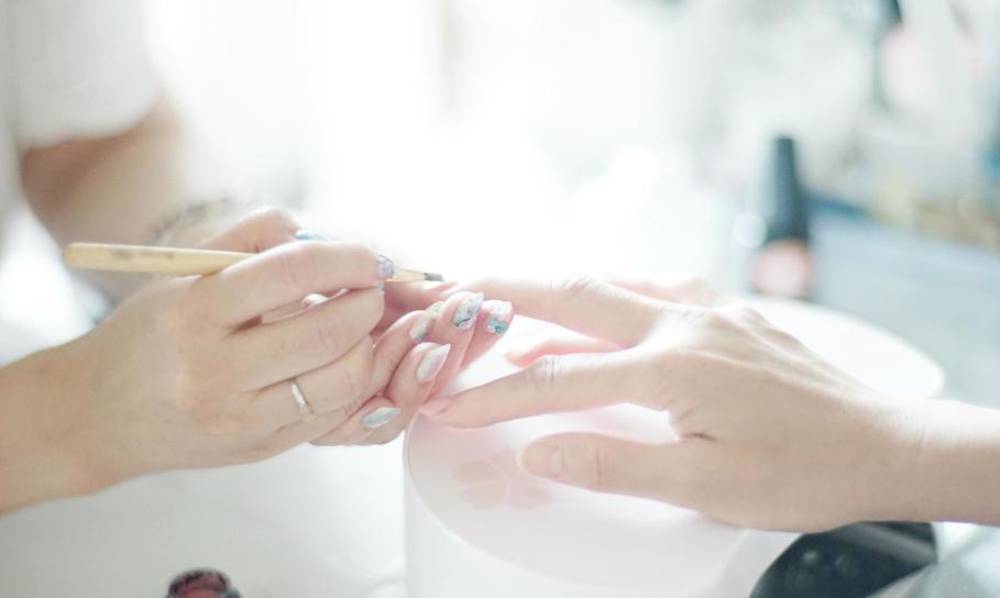 Jak wykonać paznokcie hybrydowe?