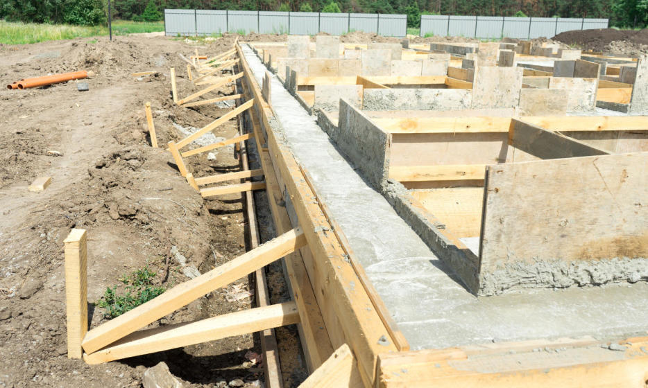 Zasady montażu deskowań na placach budowy