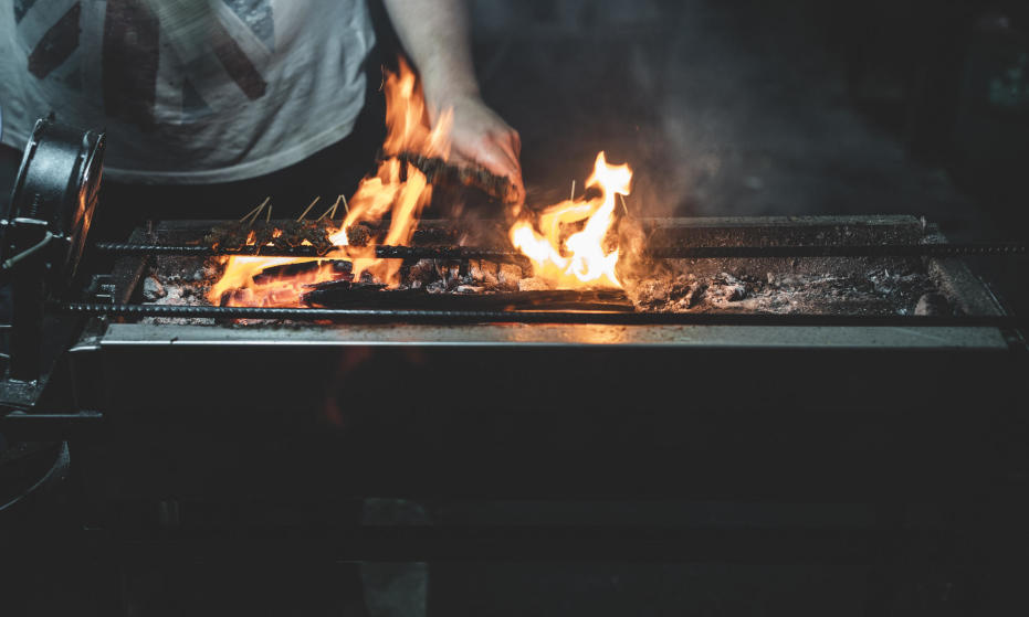 Brykiet czy węgiel drzewny do grilla – co wybrać?