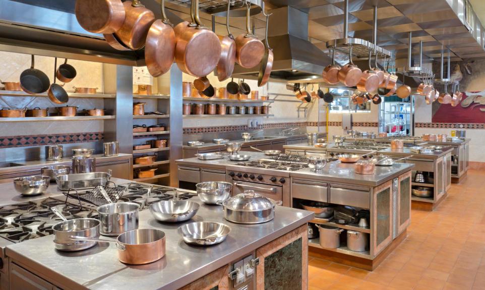 Dlaczego stal nierdzewna to najlepszy materiał na sprzęt gastronomiczny?