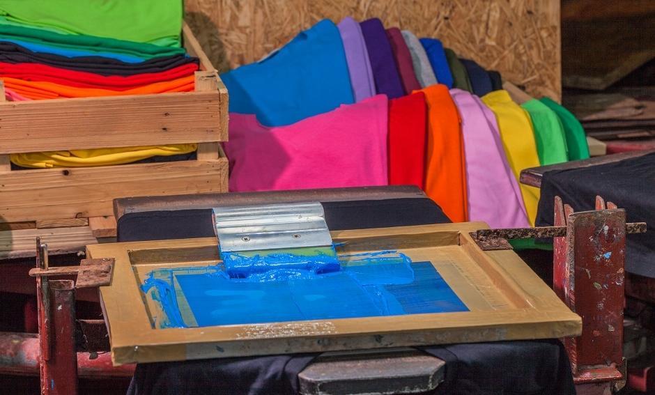 Metoda sitodruku w wykonywaniu nadruków na odzieży