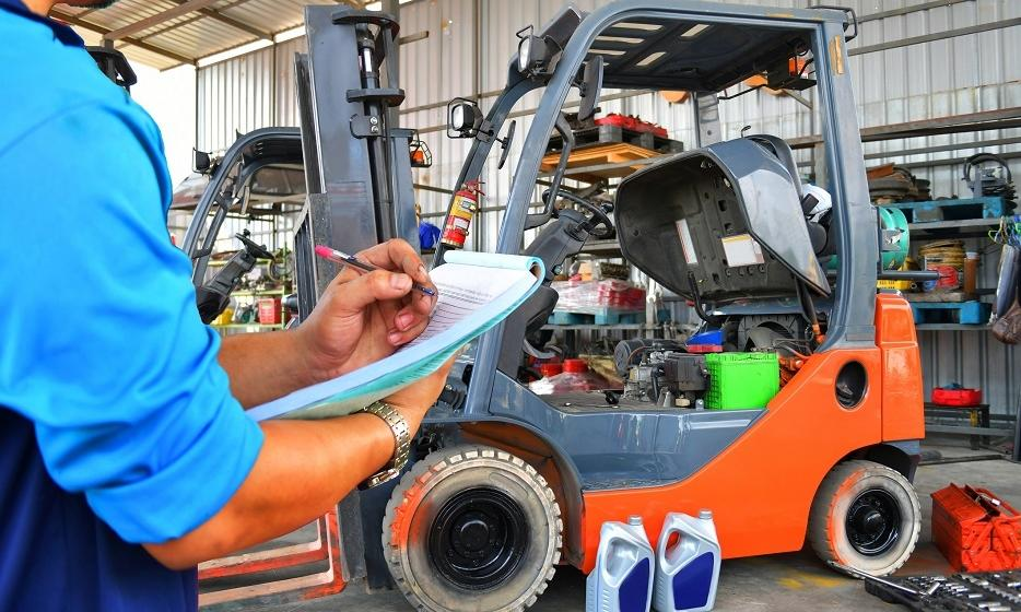 Na czym polega i jak często należy wykonywać konserwację wózka widłowego?