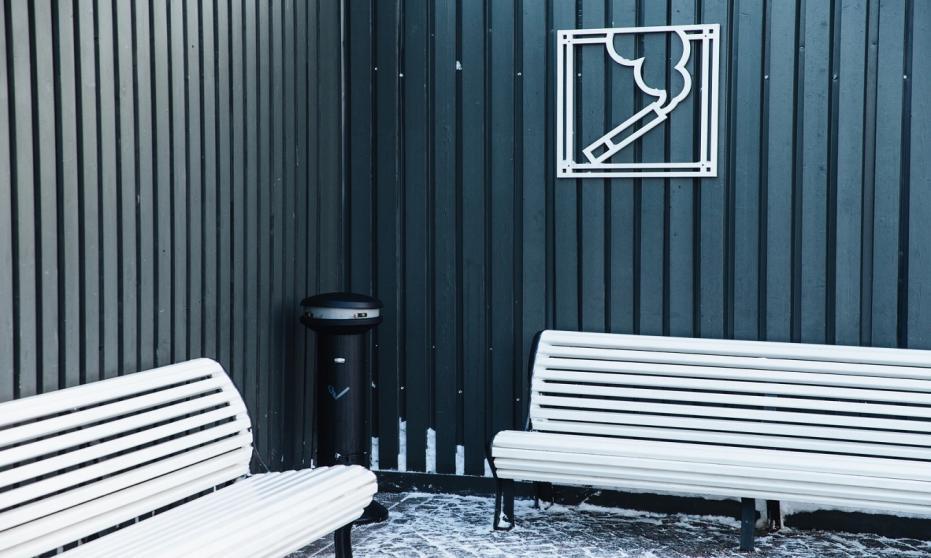 Akcesoria dla palaczy – popielnice i koszopopielnice przed hotelem