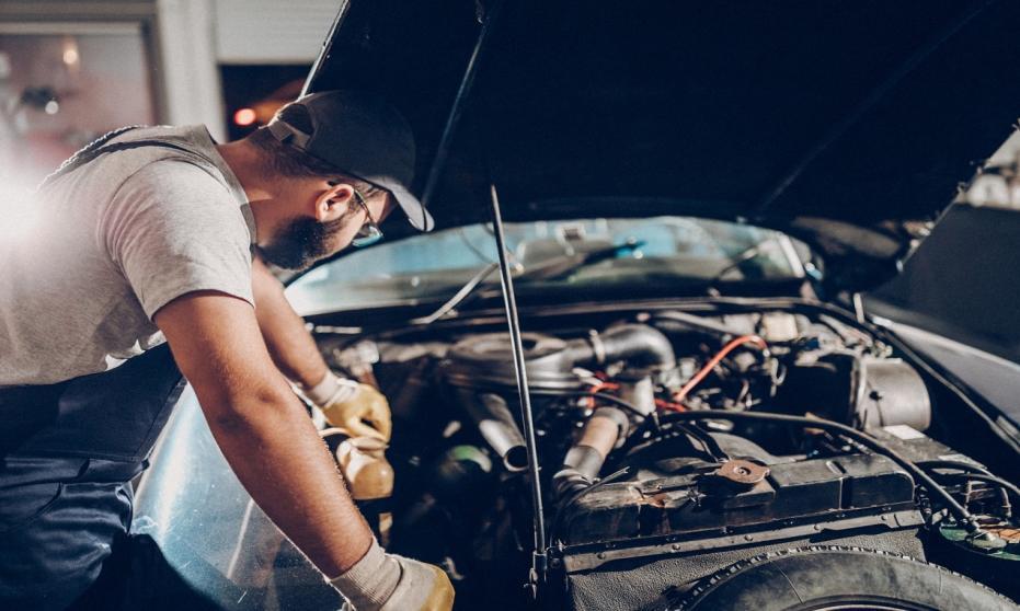 Dlaczego warto czyścić silnik samochodowy i jak to zrobić?