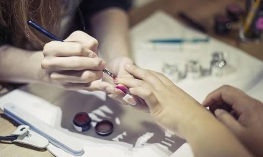 Na czym polega manicure hybrydowy?