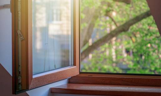 Jak dbać o okna z drewna?