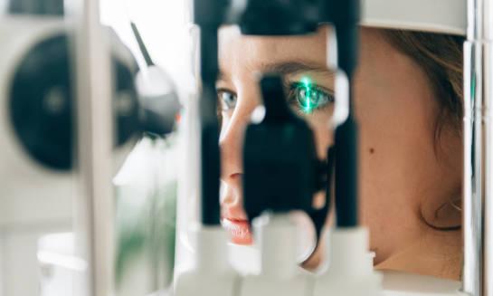 Jak przebiega badanie dna oka?