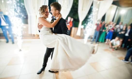 Jak urządzić weselny parkiet taneczny?