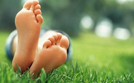 Zrogowacenia na stopach i piętach. Jak sobie z nimi radzić?