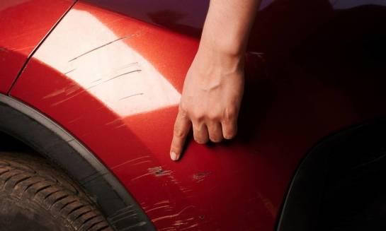 Jak prosto zatuszować obcierkę parkingową domowym sposobem?