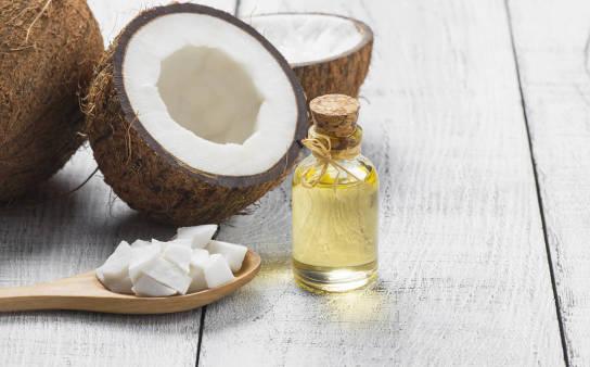 Jak używać oleju kokosowego na włosy? Właściwości i efekty